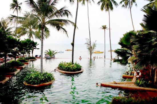 Anantara Bophut Koh Samui Resort : La piscine depuis le resto.