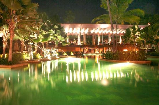 Anantara Bophut Koh Samui Resort : La piscine de nuit.