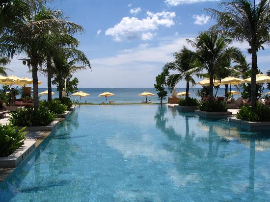 Layana Resort and Spa: Pool towards the sea.