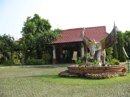 Karinthip Village: front entrance to hotel