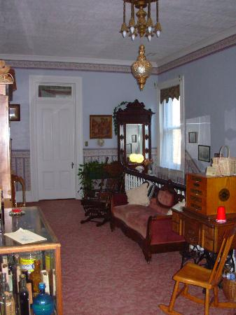 Victorian House Bed and Breakfast: The upstairs hallway