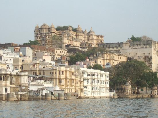 Rajasthan, Indien: White buildings on Lake Udaipur