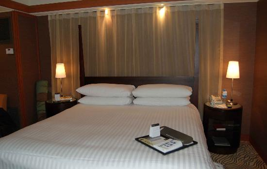 Grand InterContinental Seoul Parnas: Nice large bed, but hard!  There is not window behind the bed, just a curtain