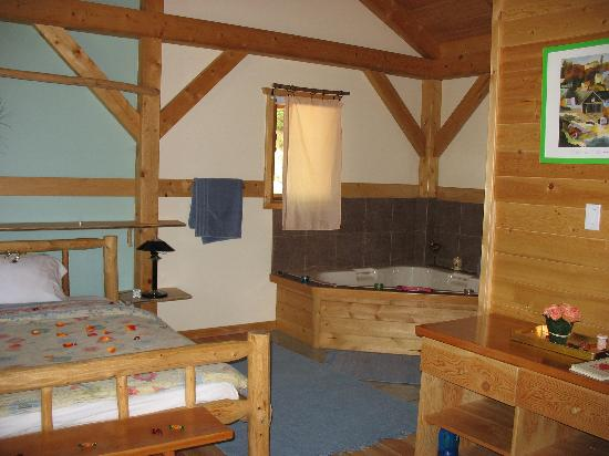 Timber Inn: Honeymoon Chalet - Bed and Jacuzzi Tub
