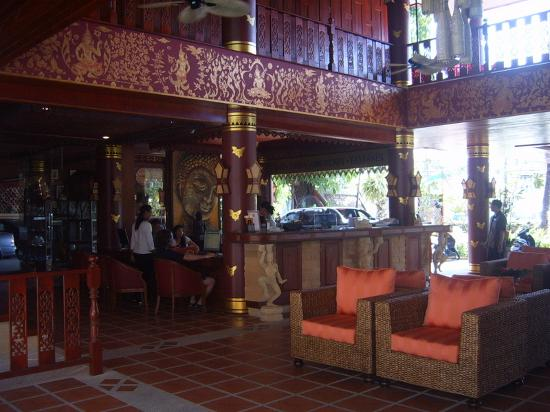 Royal Phawadee Village: Open air lobby and reception desk