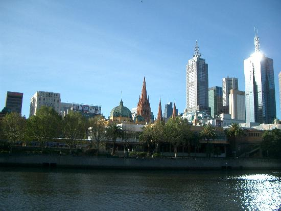 ‪ذا لانجهام ملبورن: Looking across the Yarra River from the hotel‬