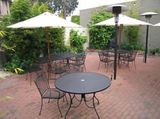 Center Street Grill: Outdoor Patio