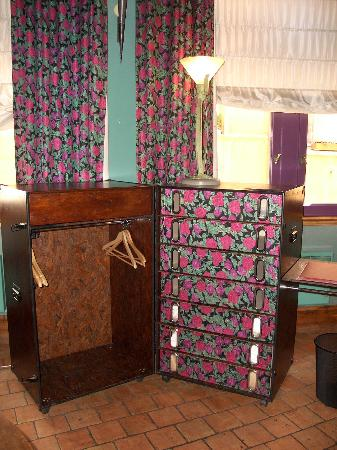 La Tour Rose: silk chest in room