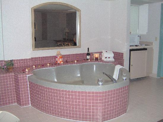 Holiday Inn Hotel & Suites Anaheim - Fullerton: Heart Shape Jacuzzi, Presidential Suite