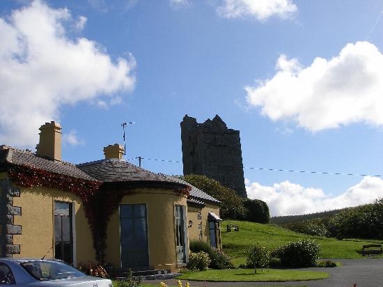 Ballinalacken Castle Country House: Driving up to Ballinalacken Hotel