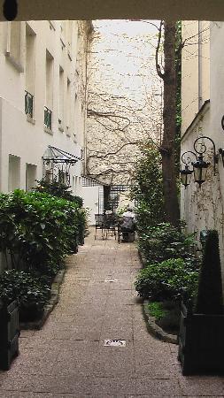 Hotel de Varenne : Entry courtyard