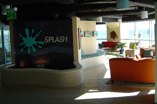 Splash Resort Condominiums: Lobby between the towers
