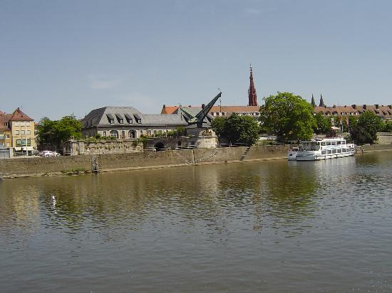 Würzburg, Alemania: The old crain