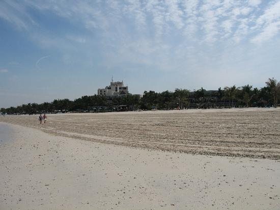 JA Jebel Ali Beach Hotel : the beach at a busy time of year