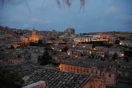 Casa Talia: Night time view