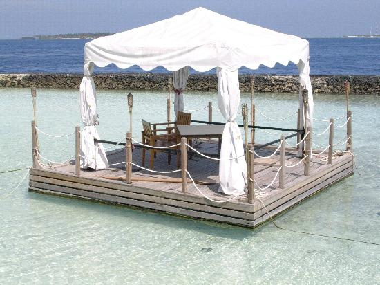 Kurumba Maldives: Dinner for two...beautiful at night