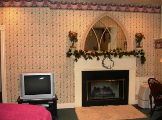 Chambery Inn: Relax in front of the fireplace