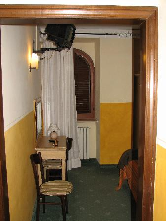 Hotel Berti: Looking towards bed from entrance
