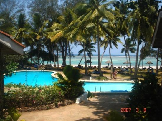 Diani Sea Lodge: the lush pool
