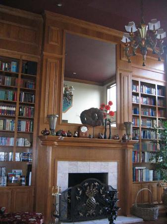 Wildwood Manor Bed and Breakfast: borrow books and DVDs for library