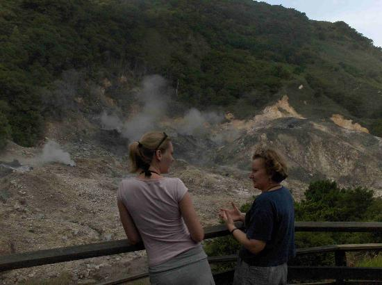 Belle Plaine Hills B&B: Susanne and Marijke at the only drive thru vulcano