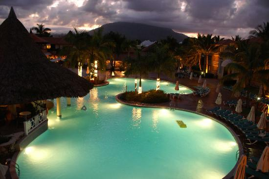 VH Gran Ventana Beach Resort: Main pool at night
