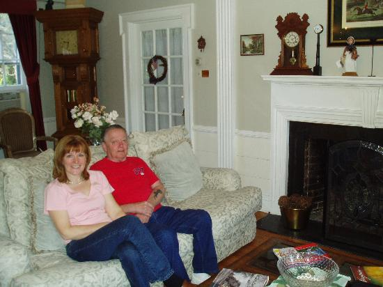Magnolia Manor: Manor's Living Room