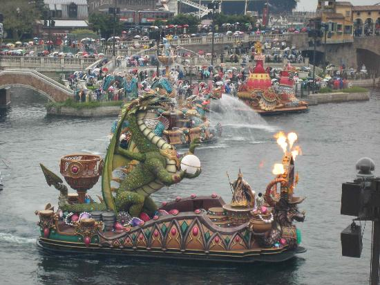 Tokyo DisneySea Hotel MiraCosta : A harbor-view room gives you a front-seat look at the shows on the lagoon.