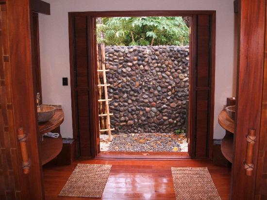 Likuliku Lagoon Resort: View of outdoor shower thru washroom