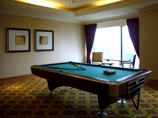 The Ritz-Carlton Jakarta, Mega Kuningan: The billiard room at the Ritz Calrton Club Lounge