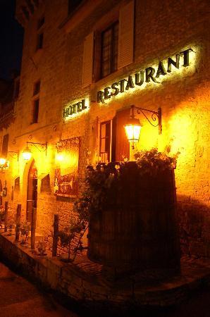 Sarlat-la-Canéda, Francia: l'extérieur de l'hôtel la nuit
