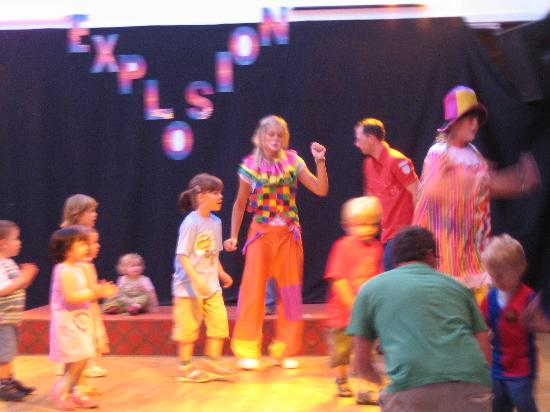 H10 Suites Lanzarote Gardens: Clowns Mini Disco singing Veo Veo