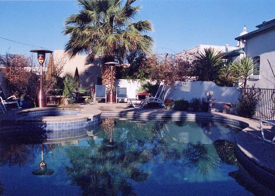 Royal Elizabeth Inn: Pool and jacuzzi