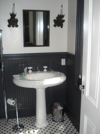 Taylor House Bed and Breakfast: Bathroom Sink