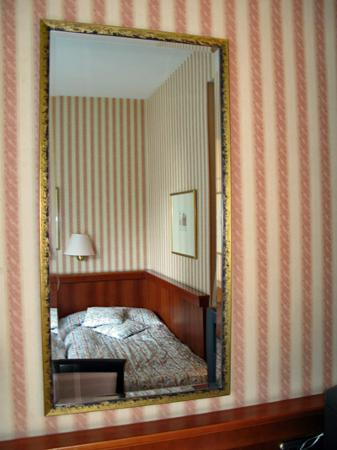 Hotel Berlin Mitte by Campanile: Room seen in mirror