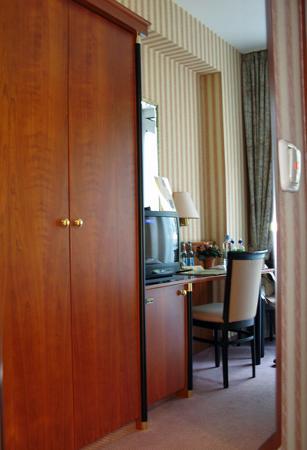 Hotel Berlin Mitte by Campanile: Room seen in hallway mirror