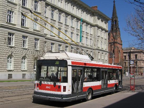 Brno, Tschechien: Trolleybus at Komenského náměstí (in front of Faculty of social studies.