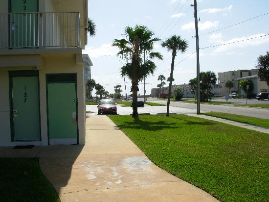 Motel 6 Cocoa Beach: Short walk to the beach