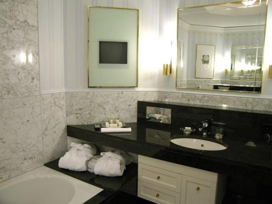 Grand Hotel Quellenhof & Spa Suites : the bath