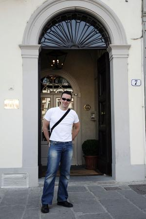 JK Place Firenze : The Small, almost secret entrance.