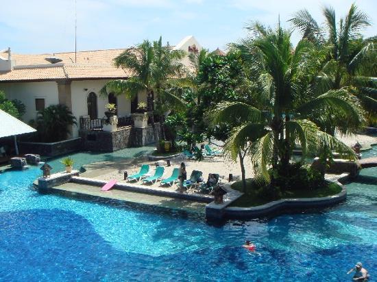 Hard Rock Hotel Bali : Pool from near bfast area