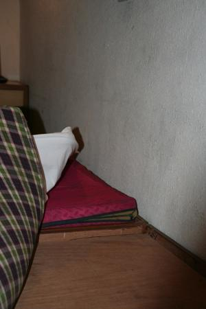 OYO 551 Hotel York: Matress thickness and cleanness. Watch the wall!