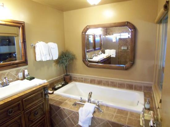 Honor Mansion, A Wine Country Resort: Tub In The Bathroom, Also A Jetted Tub On The Private Patio (Vineyard III)