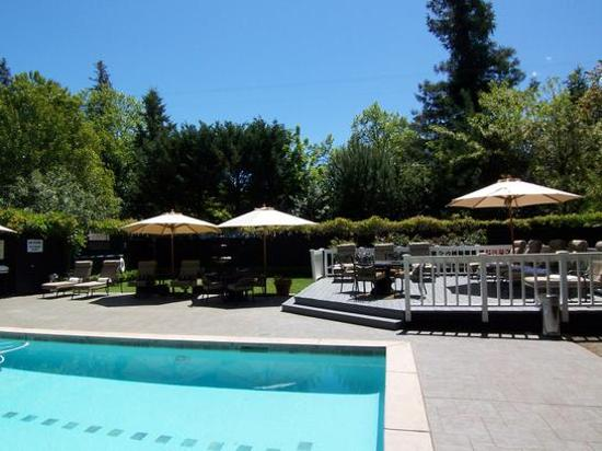 Honor Mansion, A Wine Country Resort: The Patio By The Pool Is Very Inviting.
