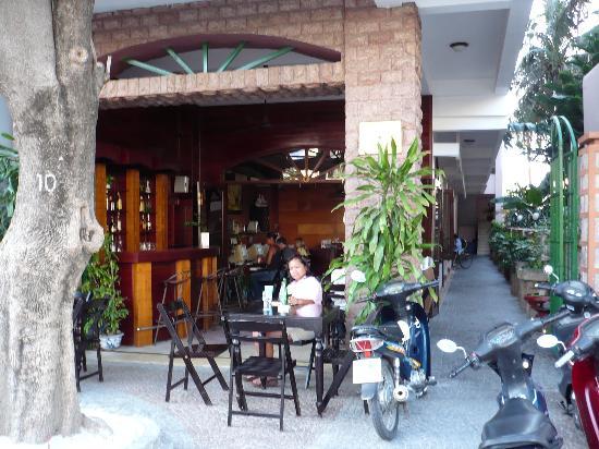 White Lion 2 Hotel: Entrance, Reception, Mini bar