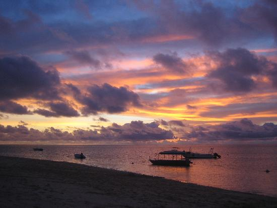 Castaway Island Fiji: Sunset on the beach