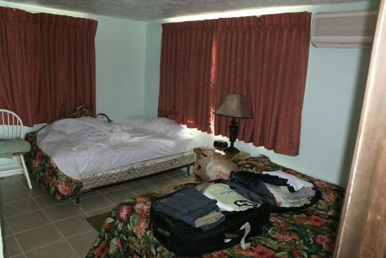 Rock Reef Resort: Bedroom and only airco for the whole hut
