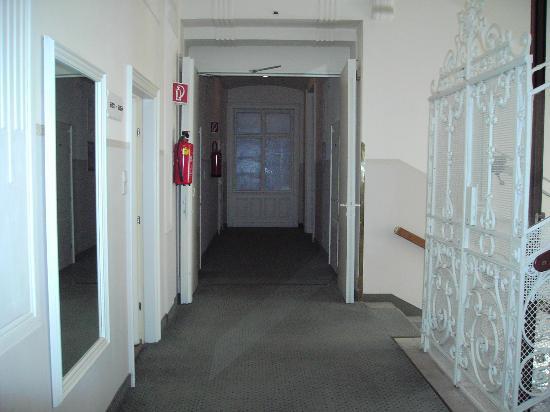 Hotel Post: rellano de la habitacion,un poco tetrica