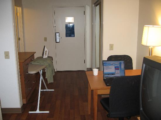 Extended Stay America - Atlanta - Vinings: workspace