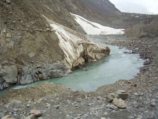 Chitral, Pakistán: Off season snow fall causing temperory ice cubes